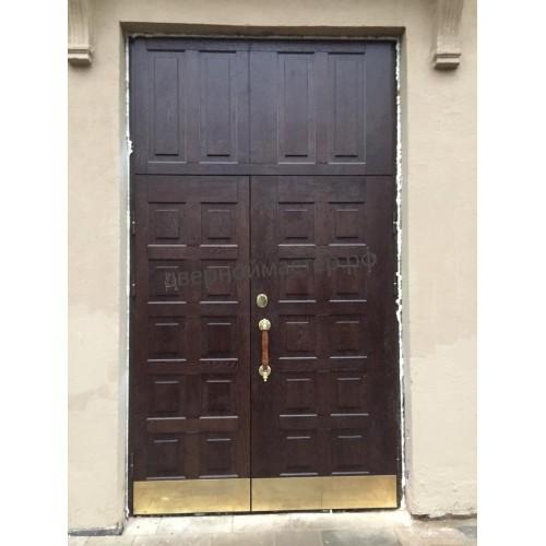 Парадная металлическая дверь с отделкой массивом дуба