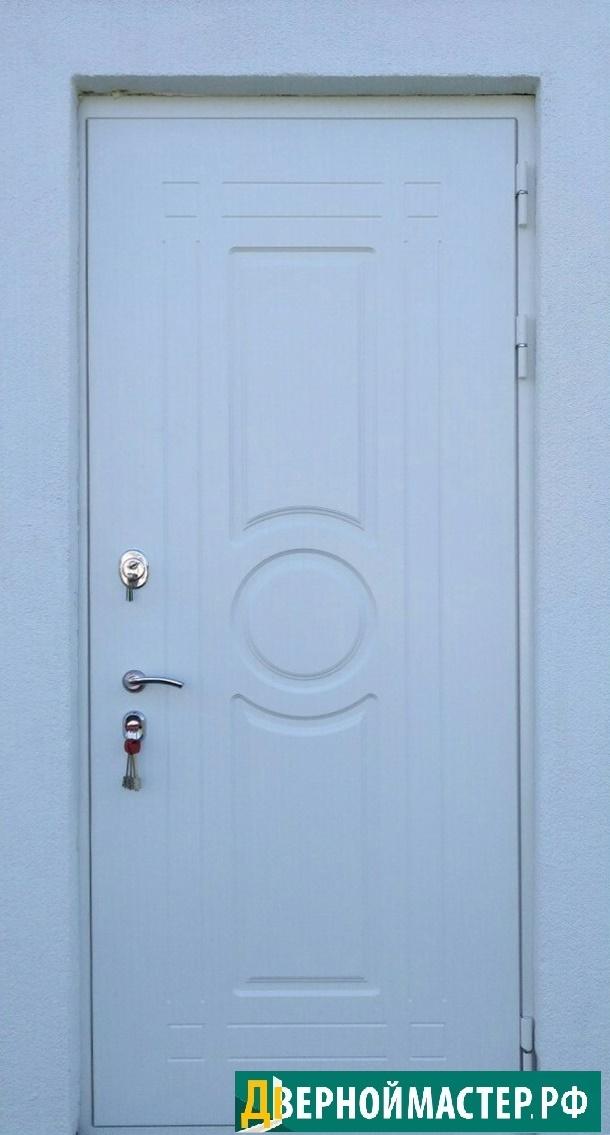 Входная дверь белая с необычной фрезеровкой
