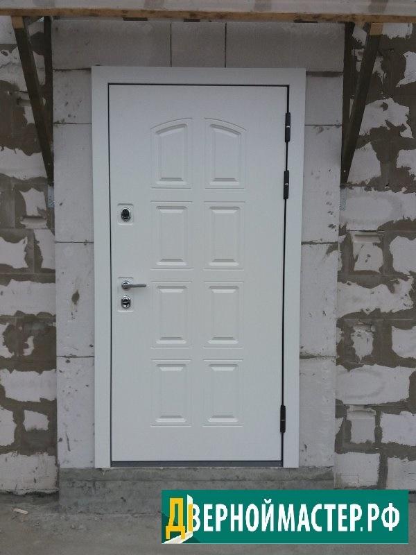 Отличная модель входной двери белой в Москве