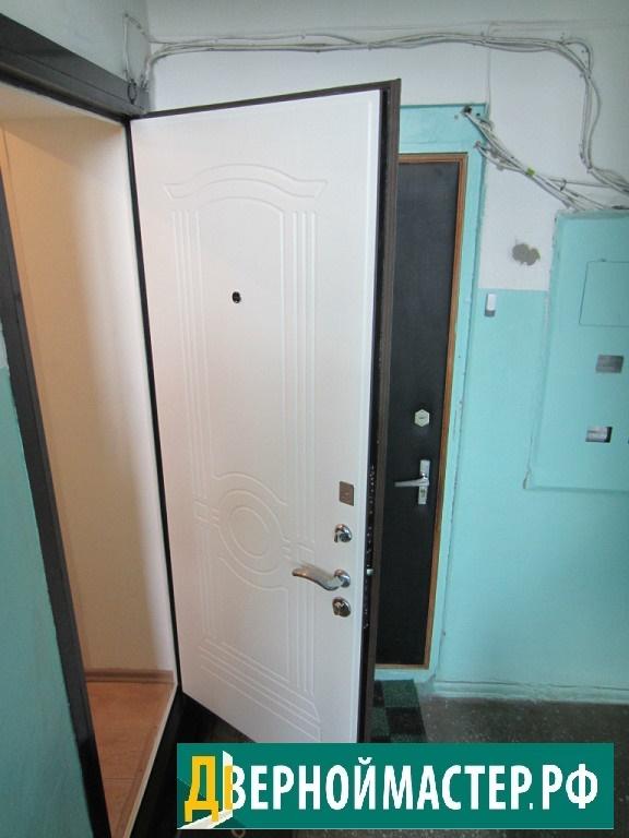 Красивая белая входная дверь металлическая с панелью МДФ в квартиру