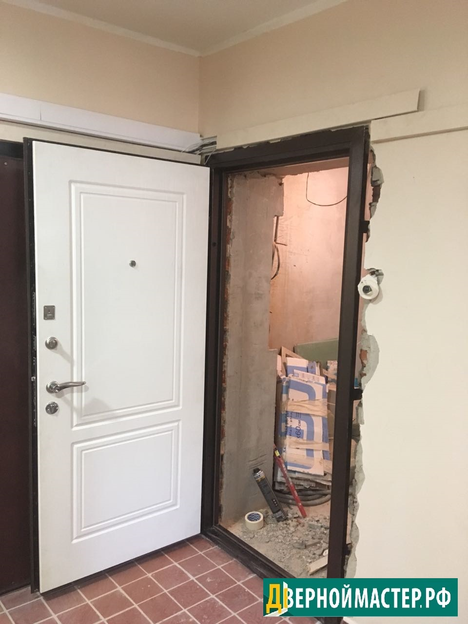 Белые металлические входные двери МДФ для квартиры