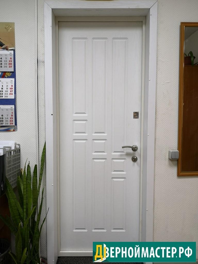 Белые входные двери в квартиру или офис
