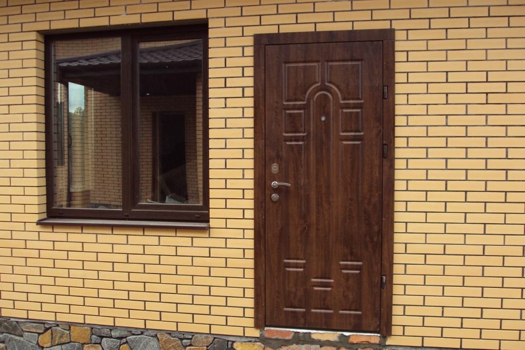 Дверь для таунхауса с классическим рисунком на панели МДФ.