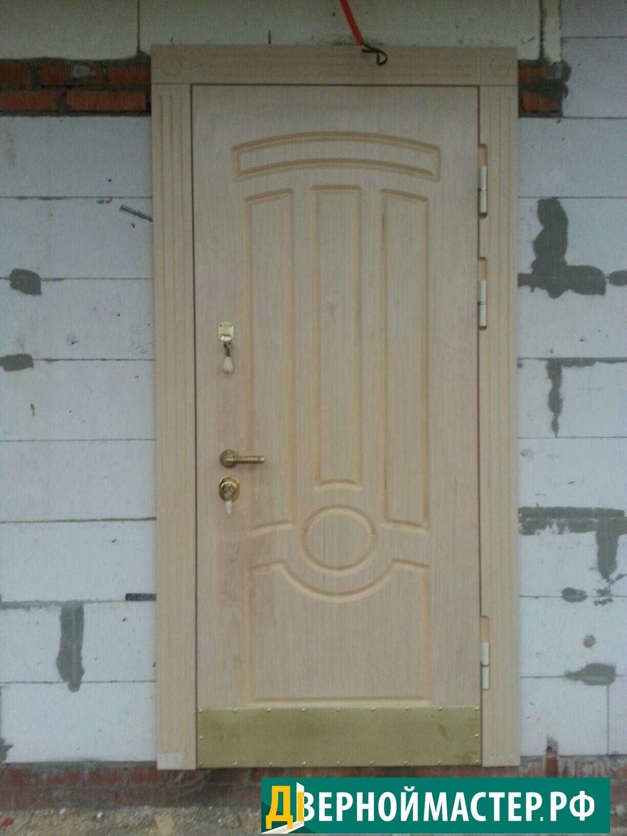 Металлическая дверь с классическим дизайном для частного дома наружная.
