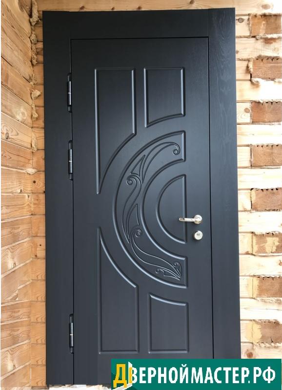 Уличная металлическая входная дверь в частный дом из бруса.