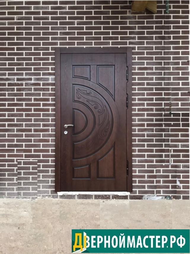 Современная модель металлической двери входной утепленной в частный дом.