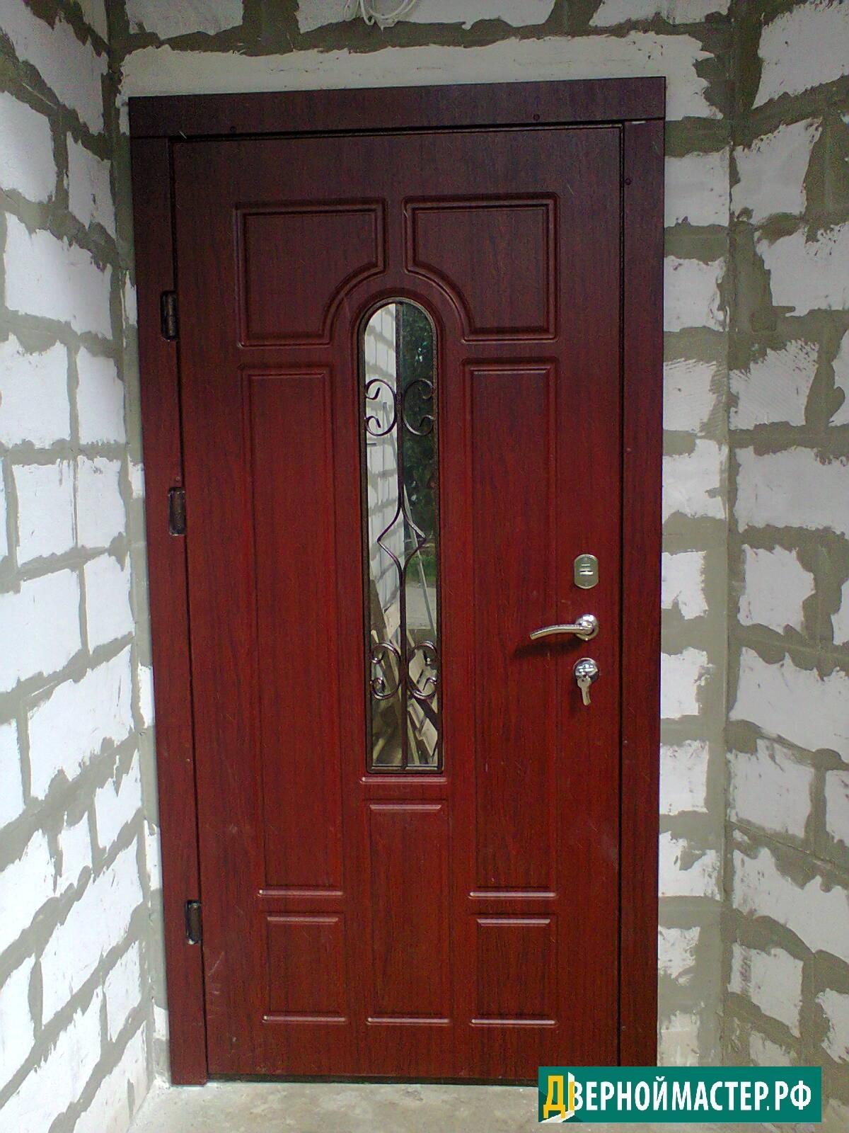 Выбор в Москве входной стальной двери в частный дом со стеклом и легкой ковкой.