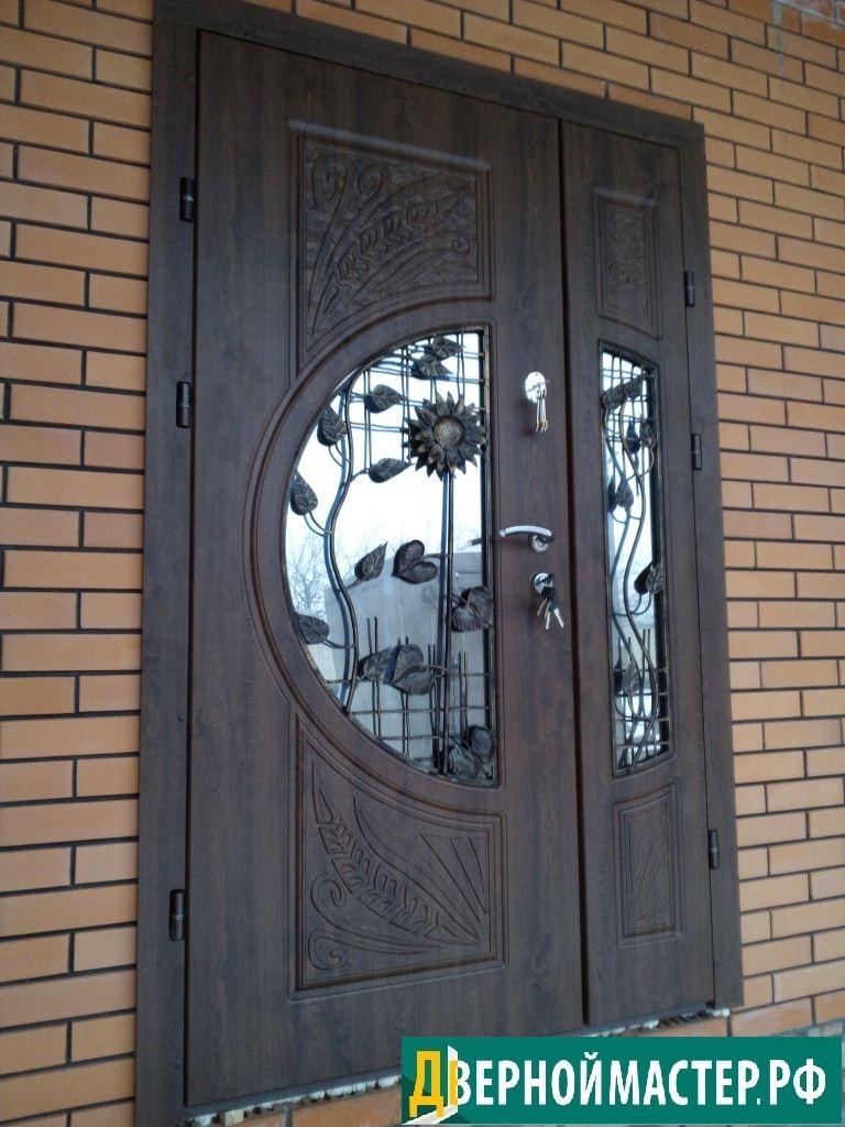 Металлическую дверь в частный дом с ковкой и стеклом