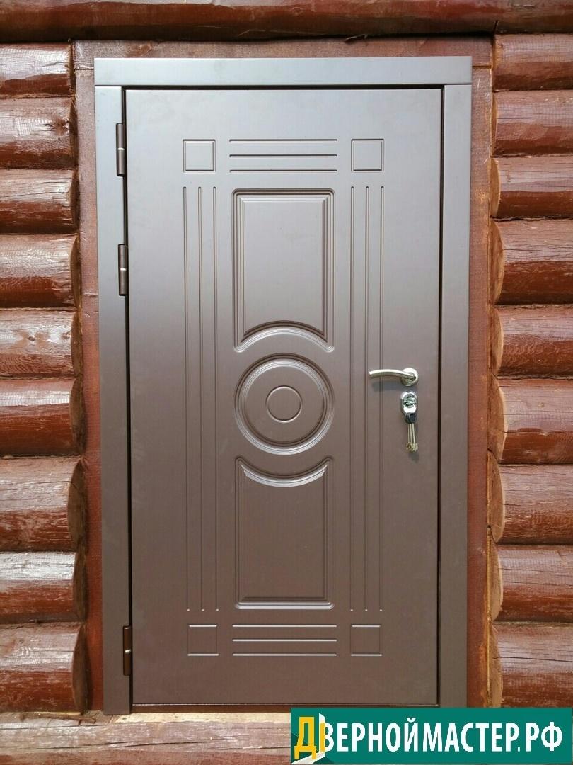 Установка металлической двери в частный дом из струганного бревна.