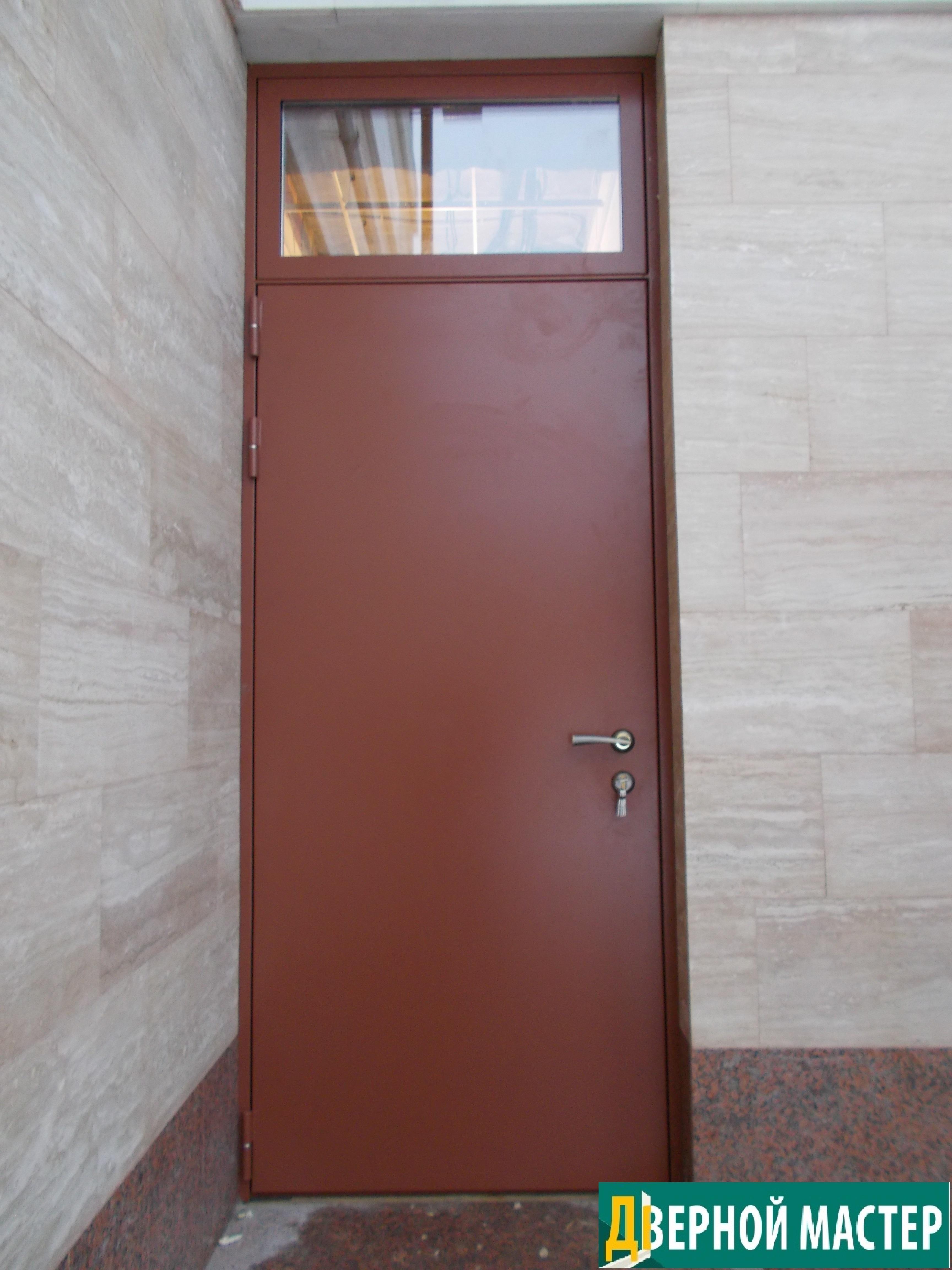 Утепленная нестандартная дверь на заказа с верхней фрамугой и стеклом с антивандальным напылением.