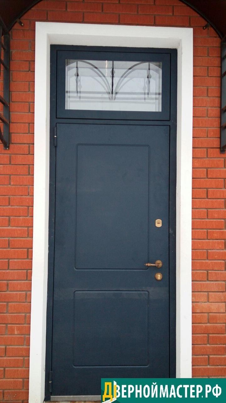 Теплая нестандартная дверь с фрамугой на заказ, купить которую можно в нашей компании с качественным утеплением и элементами ковки