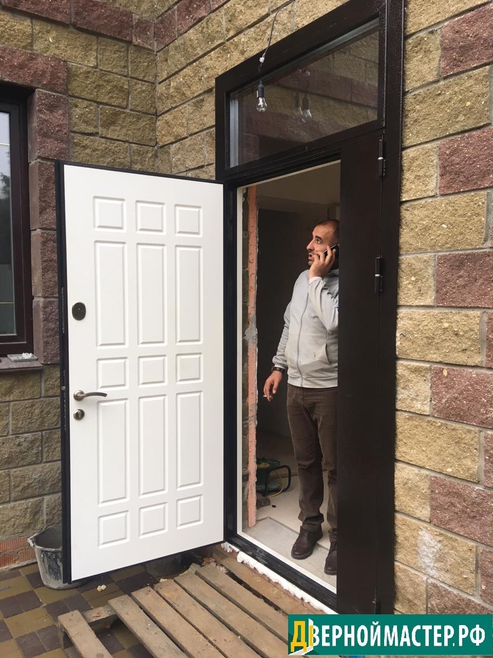 Нестандартные двери на заказ всех размеров с фрамугой и остеклением. Довольный клиент принимает установку.