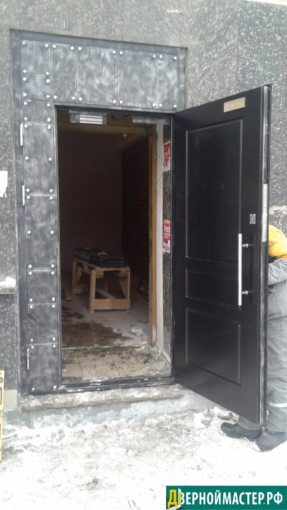 Нестандартная утепленная входная дверь с отделкой МДФ изнутри, с наружной стороны отделка стальными листами с патиной и клепками, стиль техно