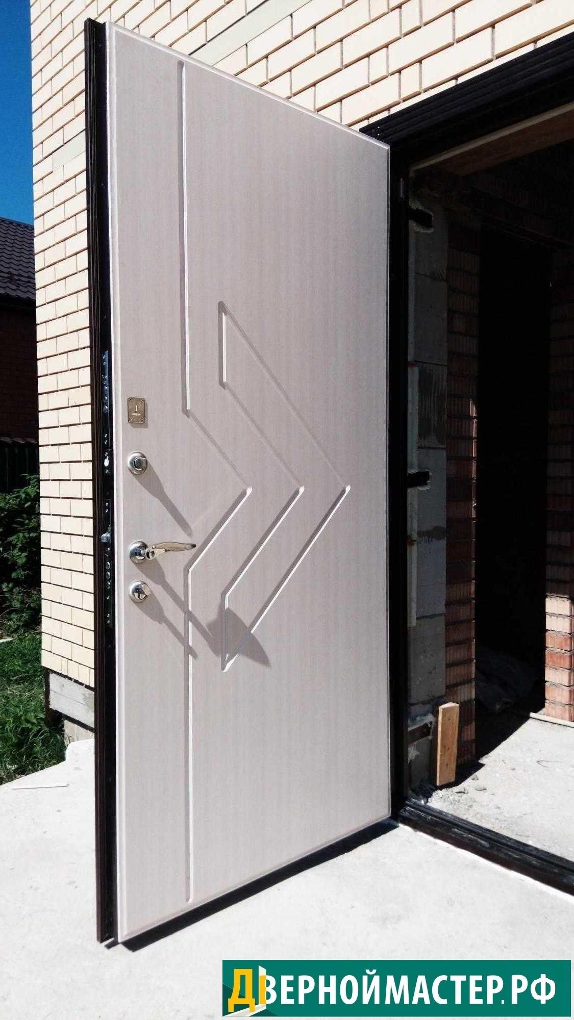 Купить металлическую дверь в коттедж с максимальным утеплением белого цвета изнутри