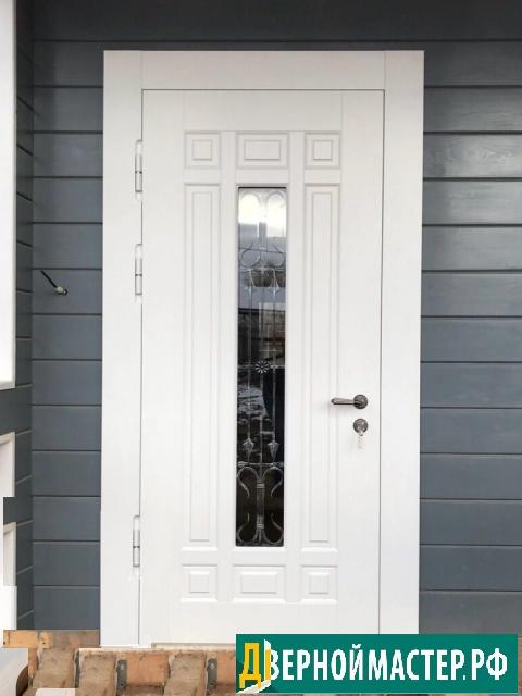 Утепленная уличная дверь металлическая в коттедж с ковкой и стеклом- цвет панелей белый