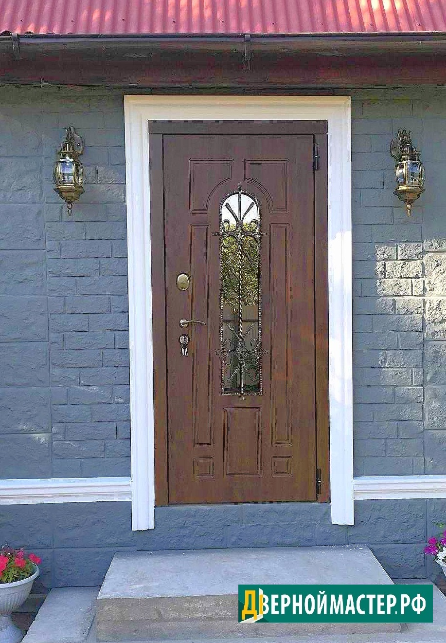 Теплая металлическая входная дверь в коттедж со стеклом, ковкой, элитного исполнения