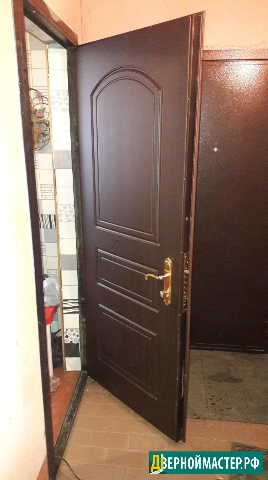 Теплая металлическая входная дверь для квартиры с отделкой под дерево