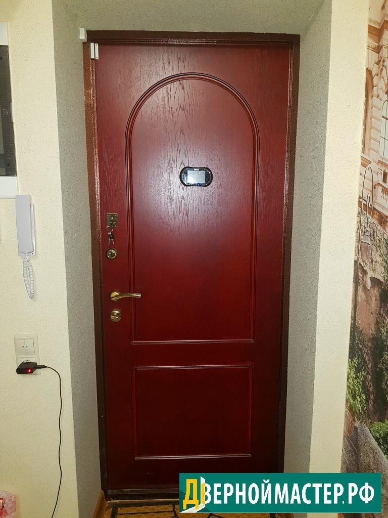 входная металлическая дверь в квартиру с классическим рисунком, на фото МДФ