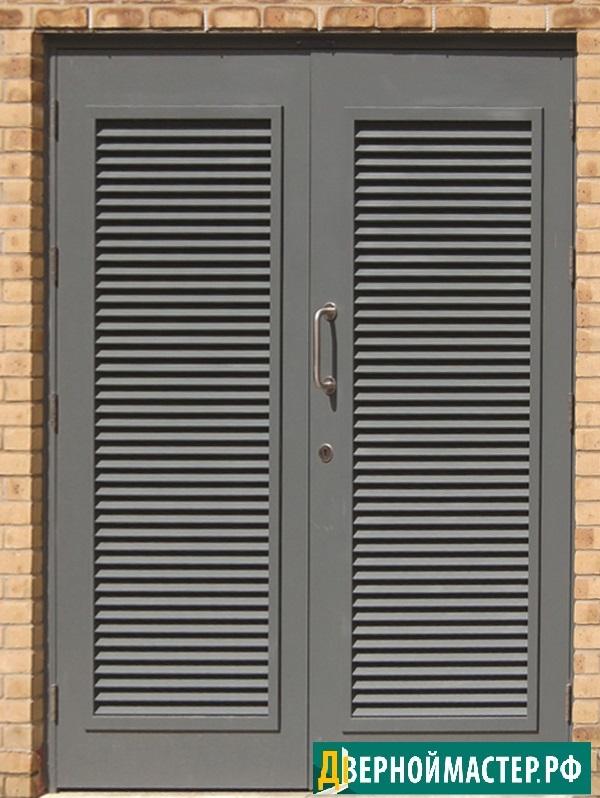 Двустворчатая дверь в электрощитовую с большими жалюзийными решетками
