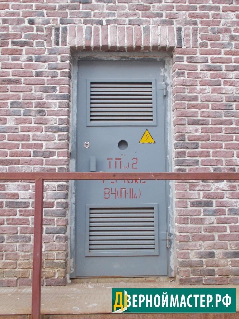 Дверь электрощитовой с двумя вент решетками