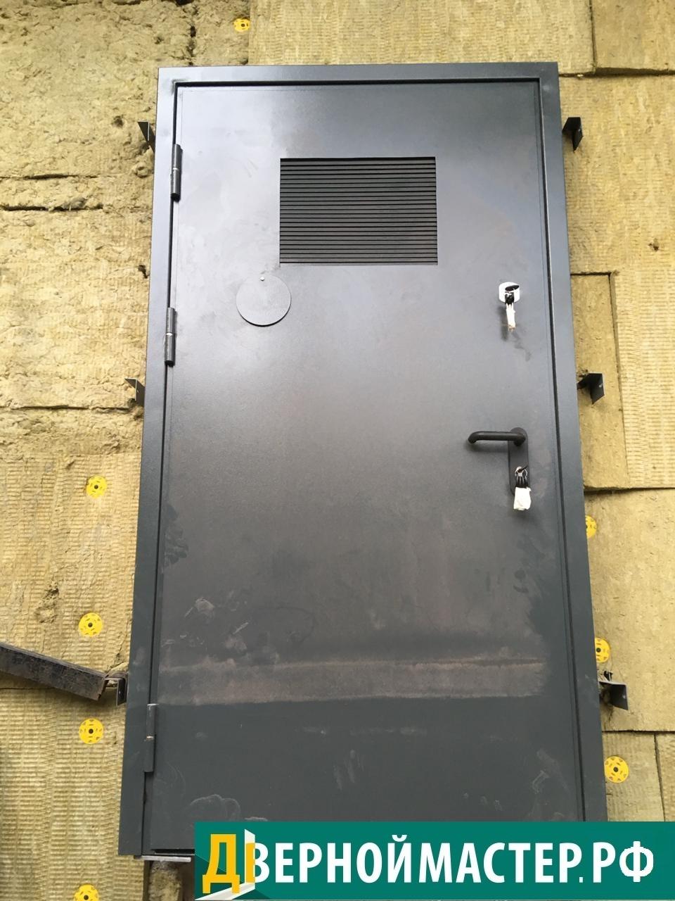Двупольная дверь в электрощитовую с большими жалюзийными решетками