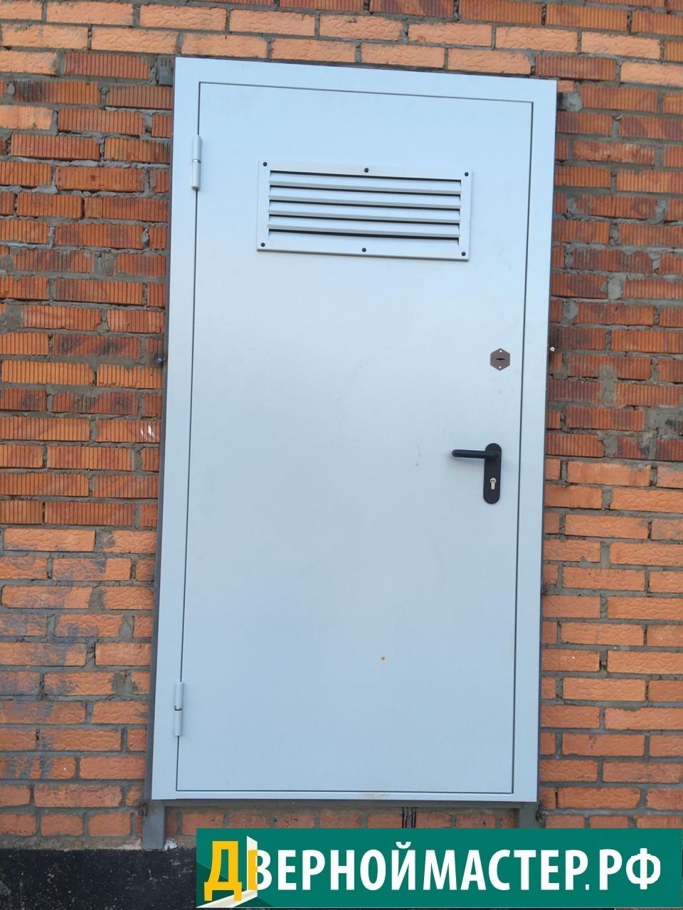 Металлическая дверь в электрощитовую с верхней вент решеткой