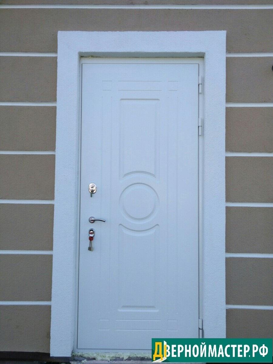 Белая входная металлическая дверь МДФ наружная в коттедж