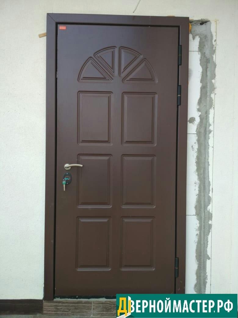 Теплая уличная входная дверь металлическая с панелью МДФ наружного использования.