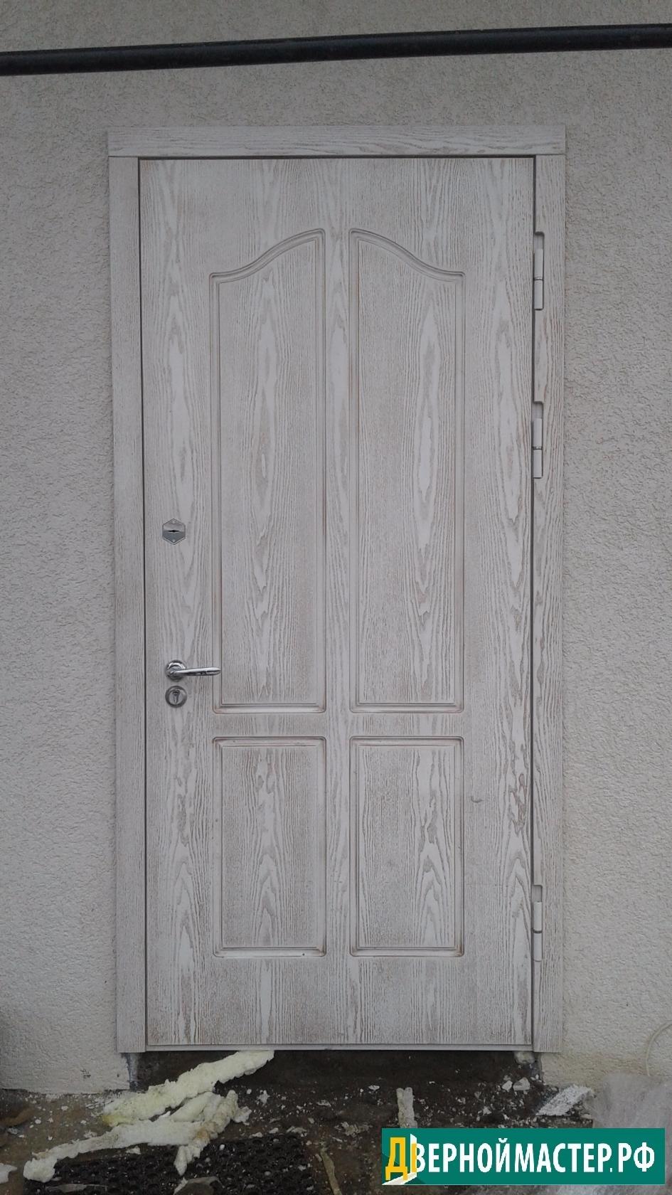 Необычная модель входной двери МДФ, хоть и классический квадратный дизайн рисунка