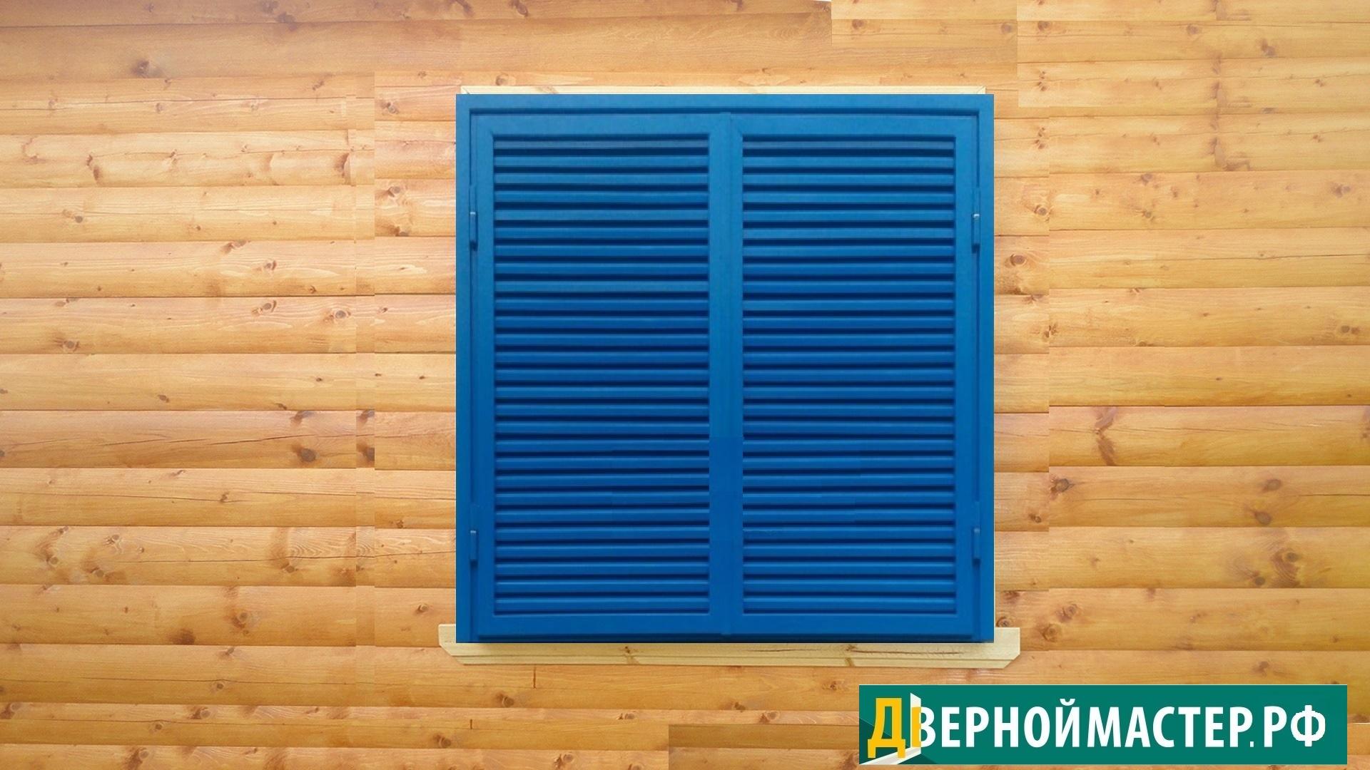 Металлические ставни жалюзи синего цвета на деревянном доме с отделкой блокхаусом