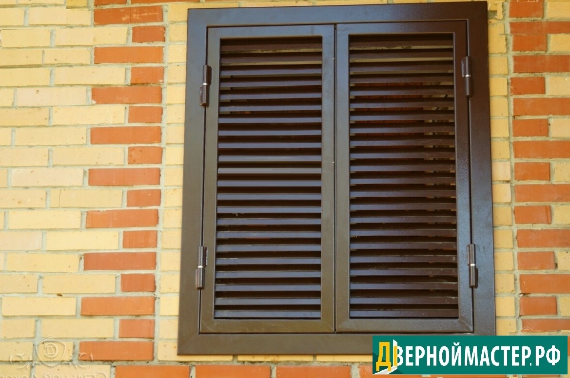 Двустворчатые ставни жалюзи на окна на доме из кирпича
