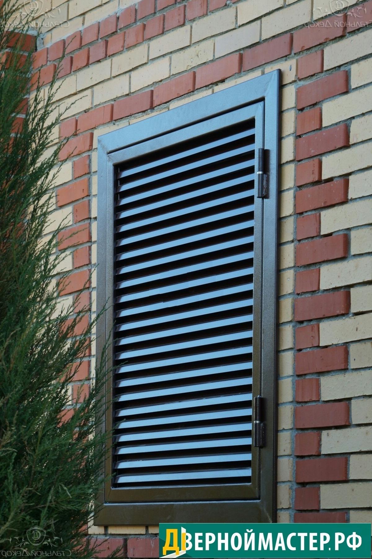 Ставни жалюзи на окна одностворчатые на кирпичной стене.